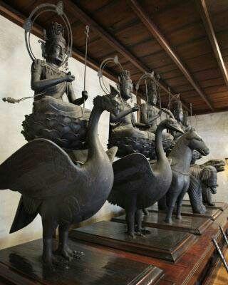 東寺観智院五大虚空蔵菩薩坐像:虚空蔵菩薩の5つの智恵を5体の菩薩像で表現。空海の孫弟子・恵運が唐から請来した。それぞれ、法界は馬、金剛は獅子、宝光は象、蓮華は金翅鳥、業用は孔雀の上の蓮華座に乗っている。元は山科の安祥寺にあった。https://t.co/mz6d7LFZud