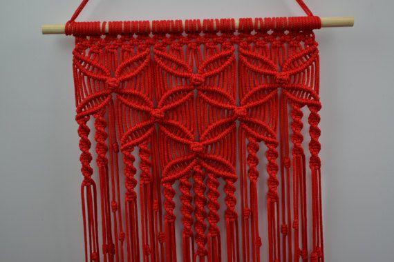 Wand-Paneele-handgemachte Makramee-Technik. Material: 100 % Polyester. Farbe: rot. Armband: Naturholz - Kiefer. Größe: Die Länge des Gurtes an der Unterseite, einschließlich des Threads - 92cm / 36,2 Zoll Breite - 35cm / 13,8 Zoll