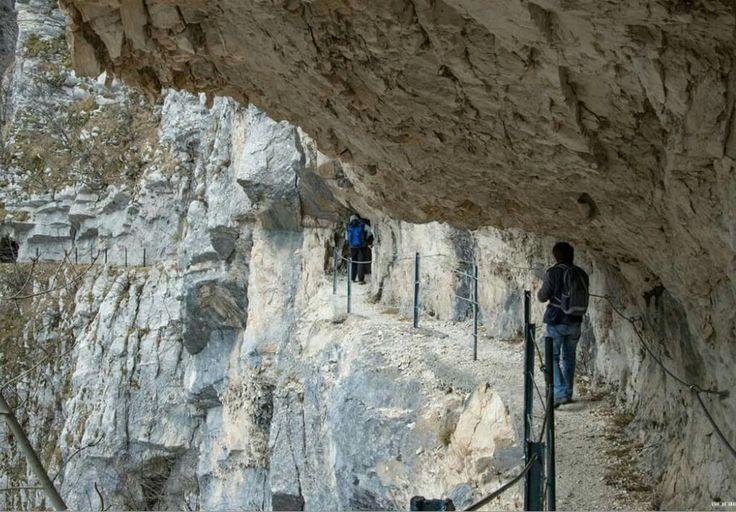 Incredibile percorso scavato nella roccia per la cascata di Santa Colomba - Pretara- ( TE) #abruzzo