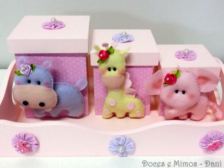 Bandeja com 3 ´potes personalizados. Kit Higiene para bebê em MDF, contendo: Bandeja com 3 potes e personalização em feltro. Consulte-nos sobre disponibilidade de cores, tecidos e feltros e MDF.