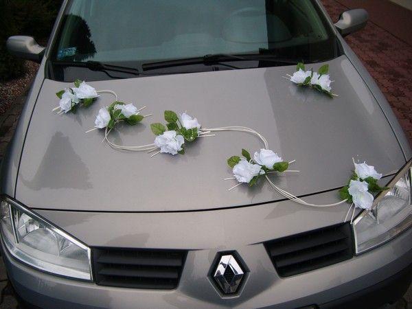 bílé dekorace na auto