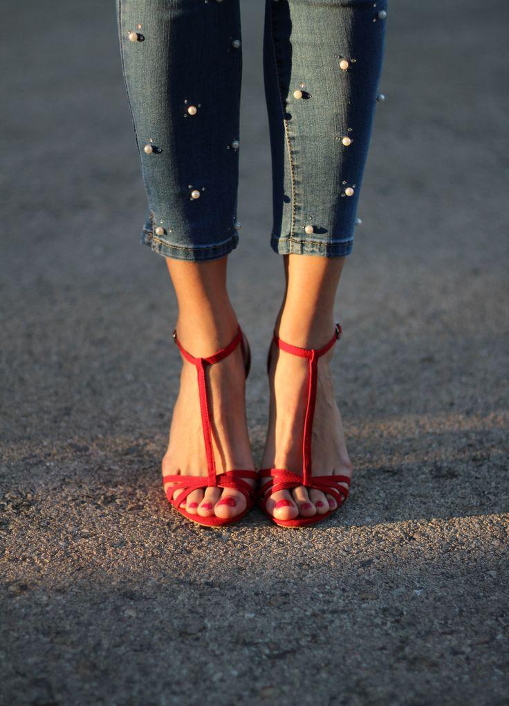 Sandalias rojas, jeans perlas