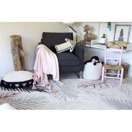 Vous cherchez un tapis original pour la chambre de votre fille sur le thème de la nature, !! Découvrez le tapis TROPICAL ROSE rectangle en coton lavable par Lorena Canals disponible à la vente sur notre site en ligne.