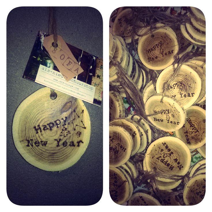 Boomstamschijfje met boodschap: happy new year!#personeelsvereniging #boomstamschijf #uniek #bedrijfspresentje www.als-nieuw.com