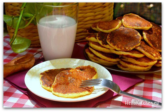 115 гр кукурузной муки, 110 гр пшеничной муки, 50 гр сахара, 0.5 ч.л. разрыхлителя, 0.5 ч.л. соды, 3 гр соли, 375 мл жирного молока, 30 гр несолёного сливочного масла, 2 маленьких яйца, 250-450 гр творога или рикотты, горсть изюма, 1 ст. л. ванильной эссенции, растительное масло для смазки сковороды.