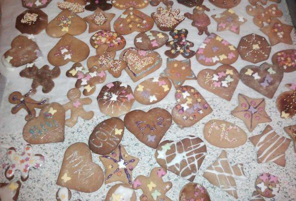 To chyba jeden z najprostszych przepisów na pierniczki świąteczne. sposób przygotowania jak i pieczenia, to przysłowiowa bułka z masłem. U nas to już tradycja. robię ciasto, wałkuję i piekę, dziewczynki wycinają i dekorują. Polecam są pyszne :)