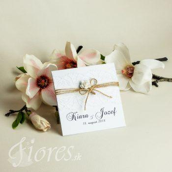 Elegantné spojenie romantického bieleho svadobného oznámenia s jemnými vintage prvkami. Oznámenie je štvorcového tvaru, otvárateľné smerom hore. #weddingcard #wedding  #invitation #fiores #fioressk