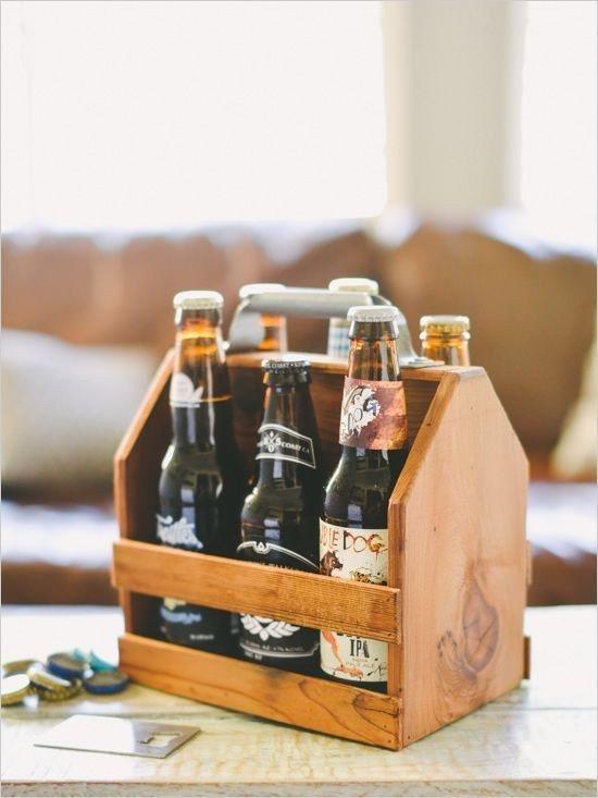 Reúna as cervejas preferidas da pessoa amada em um pack de madeira ou caixa decorada. | 28 ideias de presentes de emergência para o Dia dos Namorados