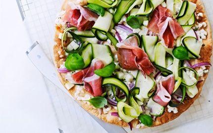 Pizza med krydret hytteost, parmaskinke og basilikum