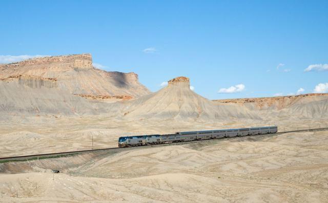 Treni panoramici: le linee ferroviarie più incredibili al mondo  CALIFORNIA ZEPHYR (STATI UNITI) – E' uno dei viaggi in treno più belli di tutto il Nord America. Collega Chicago a San Francisco e attraversa le pianure del Nebraska e Denver, le Montagne Rocciose e Salt Lake City, Reno e Sacramento. Un modo alternativo per scoprire gli States più selvaggi senza prendere l'aereo