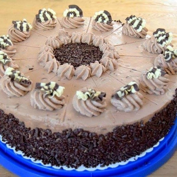 Nichts für Schoko-Muffel:  TRIOLADEN-Torte  Zwischen Schoko-biskuitböden verschiedene Arten von Schokoladensahne, weiße und 70%ige, alles in eine feine Vollmilchschokoladenmousse gehüllt  http://www.landhaus-blumengarten.de #schoko #schokolade #triolade #mousse #sahne #biskuit #hotelblumengarten #landhaus #cafe