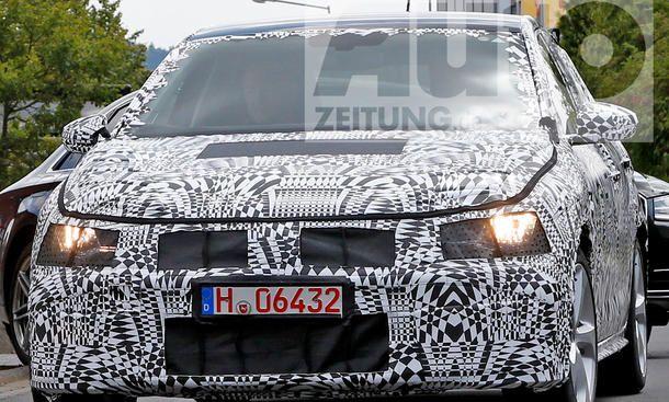 VW Polo 6 GTI (2017) - ... über die Rennstrecke. Trotz Volltarnung lassen die Konturen des VW Polo 6 GTI (2017) schon einiges erahnen. So präsentiert er sich unter seinem Kostüm als Fünftürer, ...