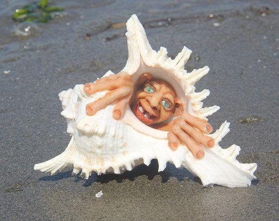UGG el habitante de la concha. Ermitaño de shell de por NewArtLine