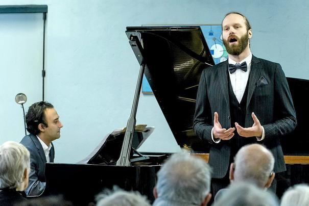 Scene. Musik. Det unge bas-baryton-talent Simon Duus viste ved sin præ-debutkoncert, at han mestrer alle følelses-udtryk. Han blev mesterligt akkompagneret af Søren Rastogi ved koncertflygelet. Helt enig. det var dejligt - også i Musikhuset! 270115 IMH