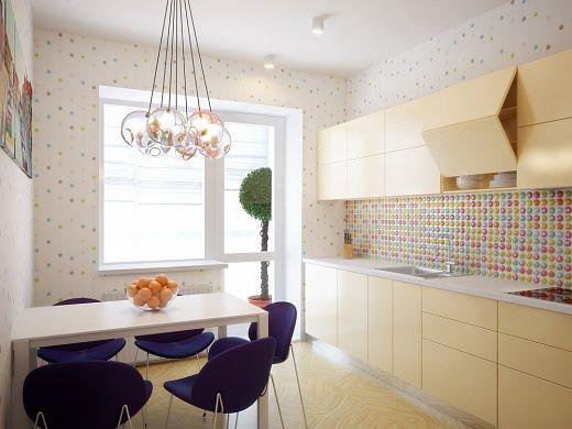 Более «карамельной» и нежной кухни, пожалуй, сложно представить – нежнейшего бежевого цвета кухня в комплекте, кухонный фартук из разноцветной керамической декорированной глянцевой плитки, обои в мелкий разноцветный горох.