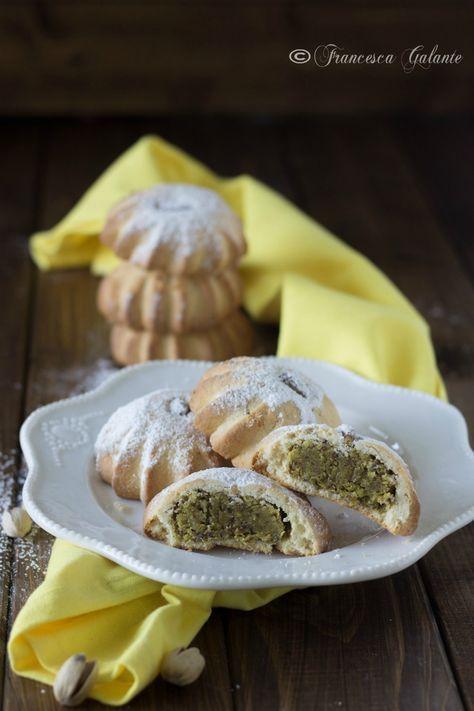 Biscotti di pasta frolla ripieni di pasta al pistacchio