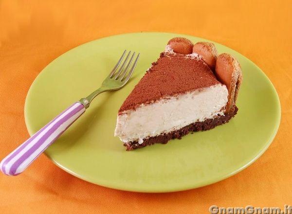 Cheesecake al tiramisu' -   Come vi avevo promesso, eccovi un bel dolce sostanzioso: il cheesecake al tiramisù! Era parecchio tempo che volevo prepararlo, volevo un bel cheesecake freddo, alto e con gli immancabili savoiardi. Sebbene napoletana, non sono amante del caffè, ma ho divorato una fetta di questo dolce senza pensarci su due volte. Il cheesecake al [...]