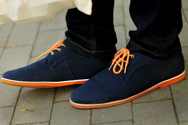 Buenos zapatosNavy Fabrics, Clothing, Men Style, Colors, Men Fashion, Blue Orange Men Shoes, Men Footwear, Cool Shoes, Blue Suede