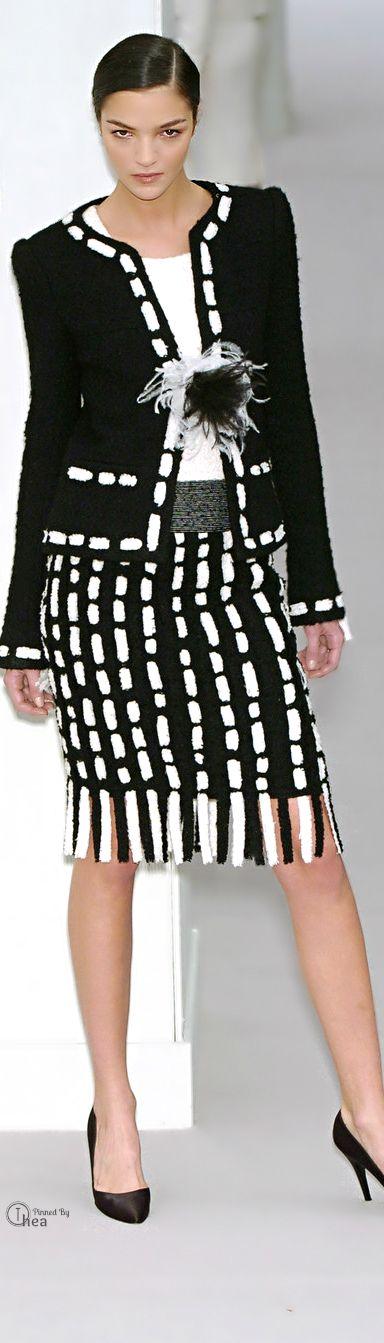 Chanel. Zwart, wit en contrast voor het lichte (W1) en donkere wintertype (W2)…