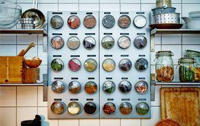 Contenitori per le spezie applicati a una lavagna magnetica.