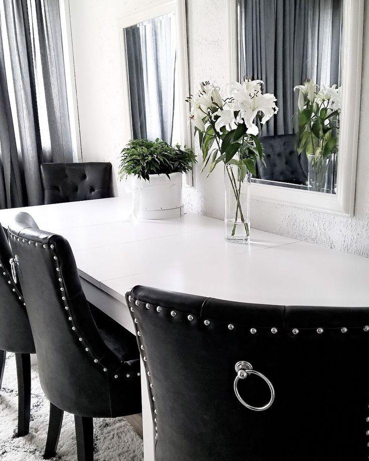 Mustat koristeelliset tuolit tuovat ruokapöydän ympärille eleganttia tyyliä. Seinustalta löytyvät peilit taas lisäävät valoa ja syvyyttä tilaan.