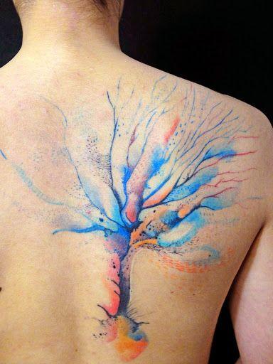 Bel arbre en tatouage avec un effet peinture https://tattoo.egrafla.fr/2016/02/12/modeles-tatouage-aquarelle/