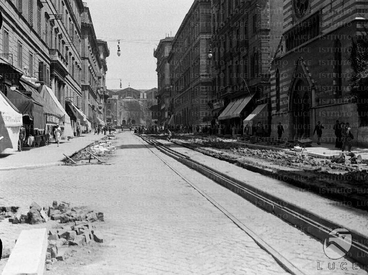 Lavori di pavimentazione stradale in corso in via Nazionale 28.07.1930