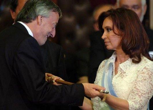 Néstor Kirchner entregando el mandato a la nueva presidenta Cristina Fernandez de Kirchner