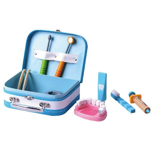 Fin lille kuffert med tandlæge udstyr i træ fra Mamamemo så der kan leges tandlæge. Bestil direkte her. Gratis gaveindpakning - hurtig levering.