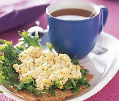SNABB ÄGGMACKA.         Den här äggröran är minst sagt snabblagad och dessutom oklanderligt läcker tillsammans med knaprigt knäckebröd och färsk grön sallad. Äggmackan är idealisk som mellanmål eller som kvällsmacka.