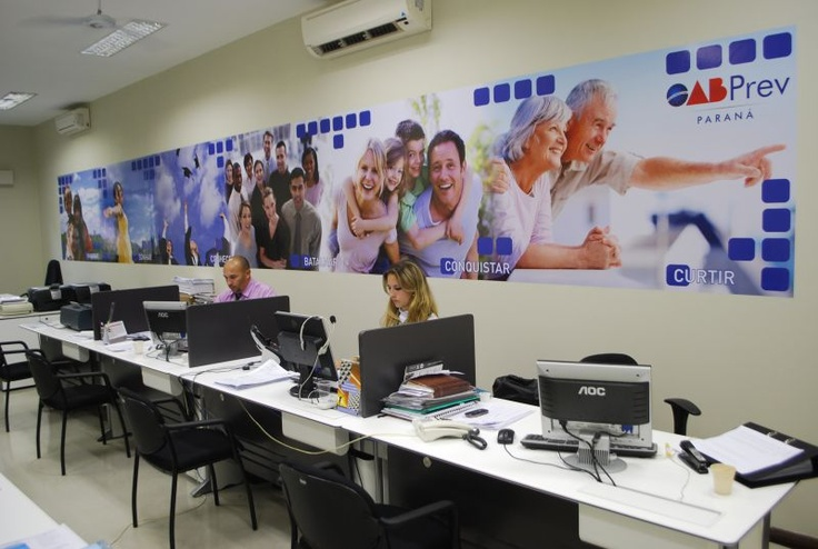 Criação de arte e execução de painel em adesivo para OAB Prev PR por COLA design Comunicação Visual Curitiba