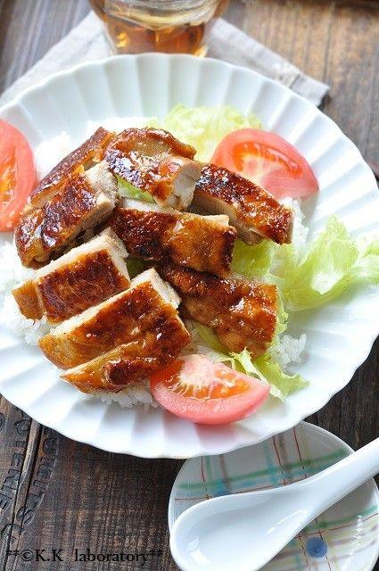 レシピブログさんで開催中の「レシピブログアワード2017」レシピコンテストに参加させていただいてます・・・ということで今日はこの企画でいただいた試食用の「甜麺醤」と採れたての国産はちみつを使って甘っ辛い鶏皮カリカリの北京ダック風丼のご紹介です<材料>ひとり分・鶏もも肉1枚・◇GABAN五香粉3振り・◇ゲランドの塩少々・◇黒コショウ少々・◆「CookDo」甜麺醤小さじ1杯・◆はちみつ小さじ1杯半・◆酒小さじ1杯・ごはんどんぶり1杯・トマト1/2個分・レタス2枚注)はちみつ使用レシピですお試しになる際は自己責任でお願いします<作り方>1.鶏モモ肉は余分な脂と筋をとり、めん棒で叩いて厚みを均一にしてから◇印の調味料をすり込んでおく。2.フライパンを熱し、鶏肉の皮を下にして入れる。肉の上にアルミホイルをかけてから水を入...