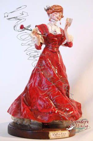 Statuetta di donna in abiti antichi.L'abito da pomeriggio è una riproduzione fedele del medesimo risalente al 1906-1907 . Realizzata con cartapesta e stoffa appositamente modellata e trattata a mano partendo da un'anima di fil di ferro. La decorazione accurata è anch'essa eseguita artigianalmente . La base è in legno massello. www.facebook.com/...