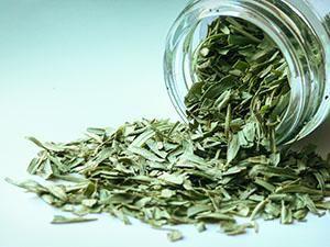Il Dragoncello è un'erba aromatica dall'aroma dolce e tuttavia deciso, con reminescenze di anice. E' particolarmente usato nella cucina francese per aromatizzare salse, vinaigrettes, maionese o senape. Si accosta molto bene con pesci e crostacei.