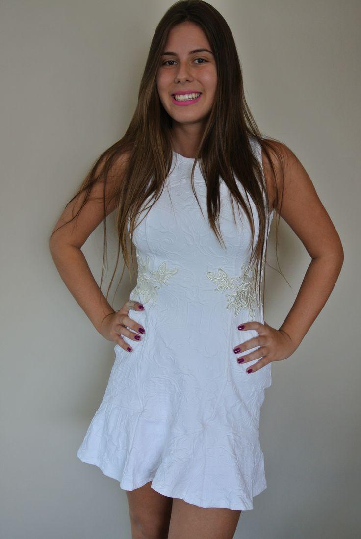 Vestido em jaquard branco com aplicacao de renda!