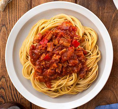 Cette recette donne beaucoup de sauce; vous pourrez en mettre la moitié au congélateur en vue d'un autre souper. Même si le temps de mijotage est relativement long, les saveurs n'en seront que plus riches et vous aurez tout le temps voulu pour nettoyer la cuisine.    Astuces Si vous recevez beaucoup de convives, cette recette donne environ 10 tasses (2,5 l) de sauce, ce qui est suffisant pour accompagner 2 emballages de spaghettini CATELLI Smart Légumes™. Vous obtiendrez 8 à 10 portions…