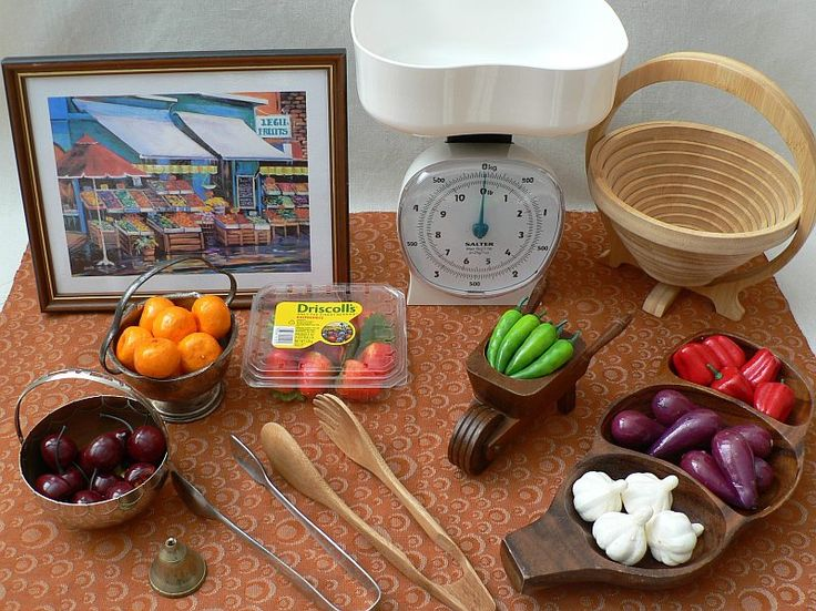 Using kitchen tongs to transfer veggies to the scales - math, fine motor, fun play experience - Homemade Rainbows ≈≈ http://www.pinterest.com/kinderooacademy/math-numbers-shapes-patterns/