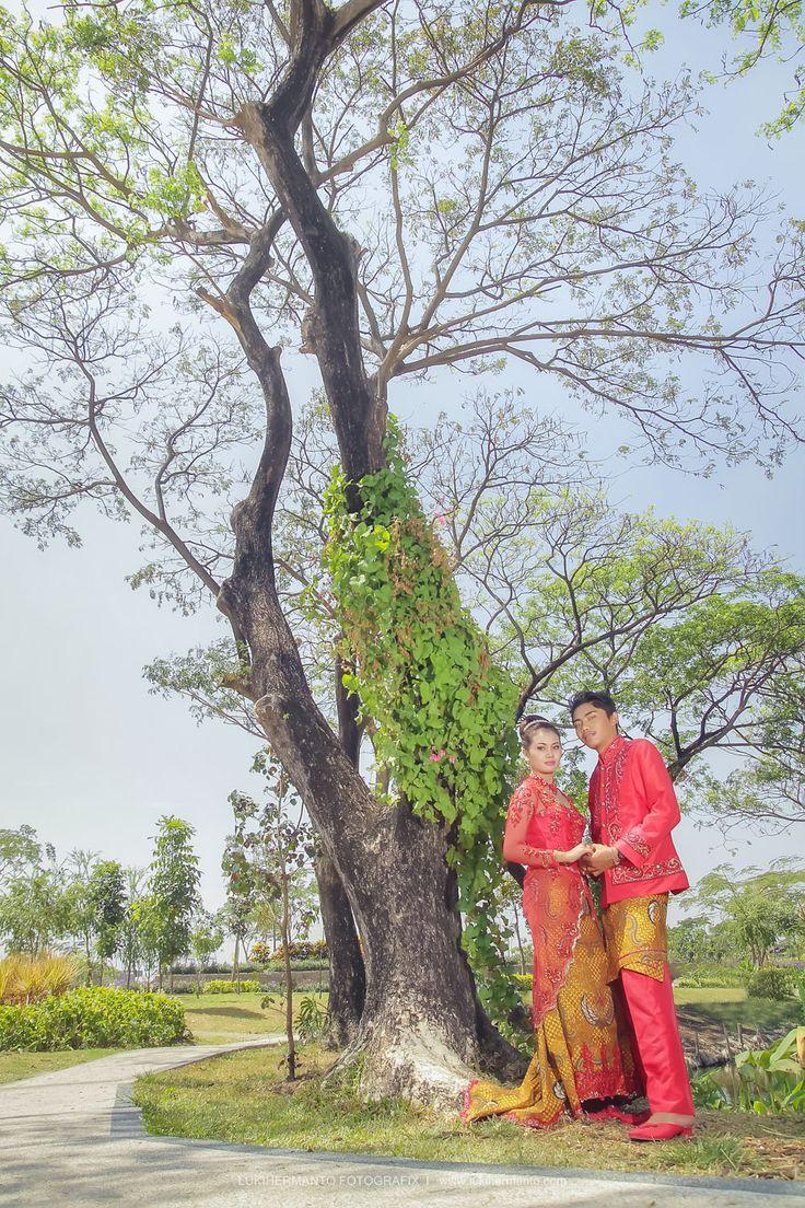 FOTO PREWEDDING KEBAYA RINA + DIFA by LUKIHERMANTO FOTOGRAFIX - www.lukihermanto.com [ #fotoprewedding #prewedding #kebaya #PreweddingSurabaya ]