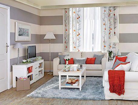 Un salón con las paredes pintadas a rayas