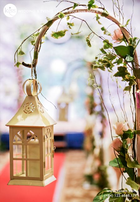 wedding aisle with lantern and ivy leaves