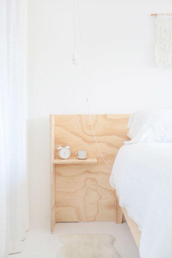 Du blanc, un macramé et une tête de lit minimaliste en contreplaqué avec tablettes de chevet intégrées . Simple et tentant à reprod...