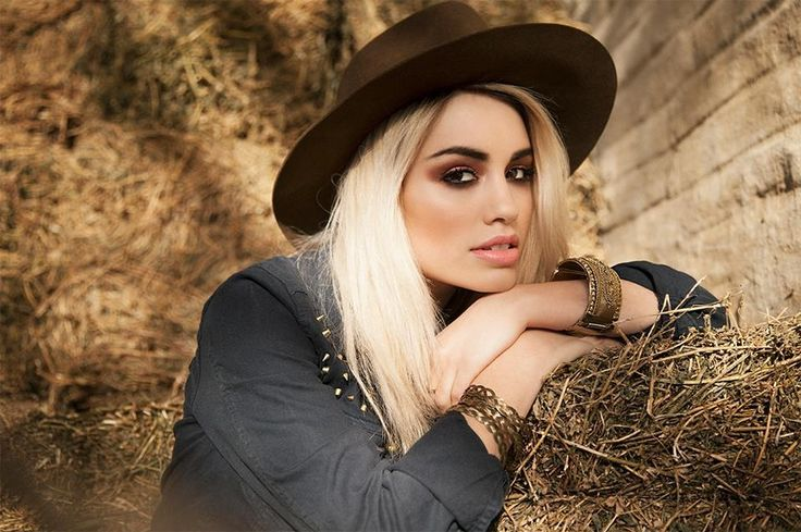 Lali Esposito makeup