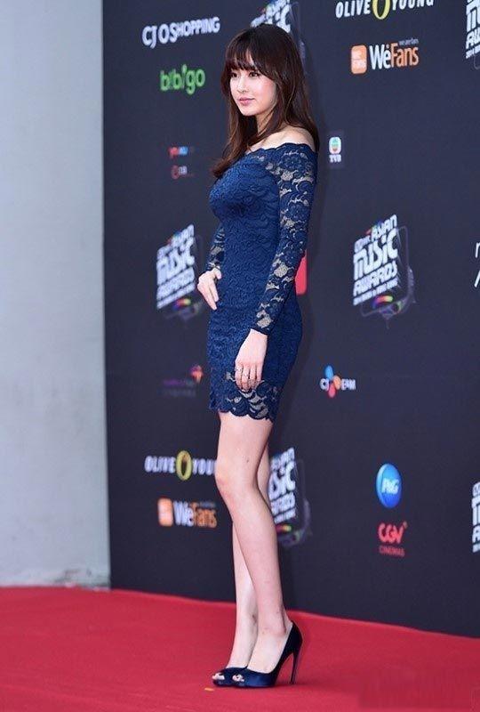 """2014-MAMA-Awards-K-Star-Fashion  Tokoh wanita utama di K-Drama 2014 """"Misaeng"""" - Kang Sora Akhirnya Kang Sora meraih penghargaan Best Dress ketiga di 2014 MAMA Awards! Kang Sora adalah seorang artis yang sangat cantik dan bertubuh menawan. Akhir-akhir ini kepopulerannya semakin melejit berkat drama 'Misaeng'. K-Drama Star Kang Sora mengenakan dress biru tua berpotongan bahu terbuka dan transparan, berkesan seksi dan feminin."""