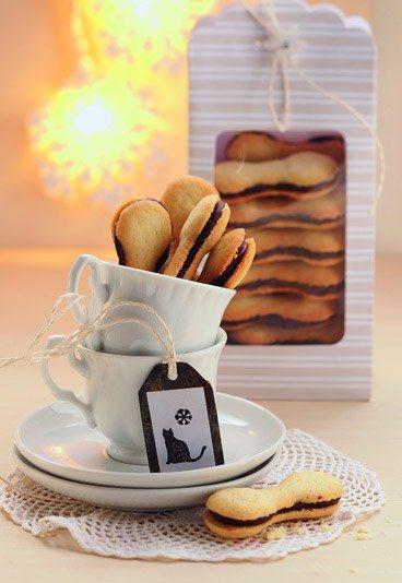 Katzenzungen Kekse selber backen. Rezept auf www.gofeminin.de/kochen-backen/ausgefallene-backideen-weihnachten-d47101c560977.html