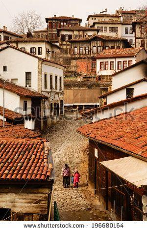 Safranbolu, na província de Karabük junto ao Mar Negro, na Turquia. Mulher e sua filha caminham por uma rua no centro de Safranbolu.  Fotografia: kross13.