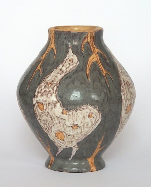 Gorka Lívia: Váza madár motívumokkal  1950 körül  Jelezve a talprészen: Gorka Lívia  M: 15 cm