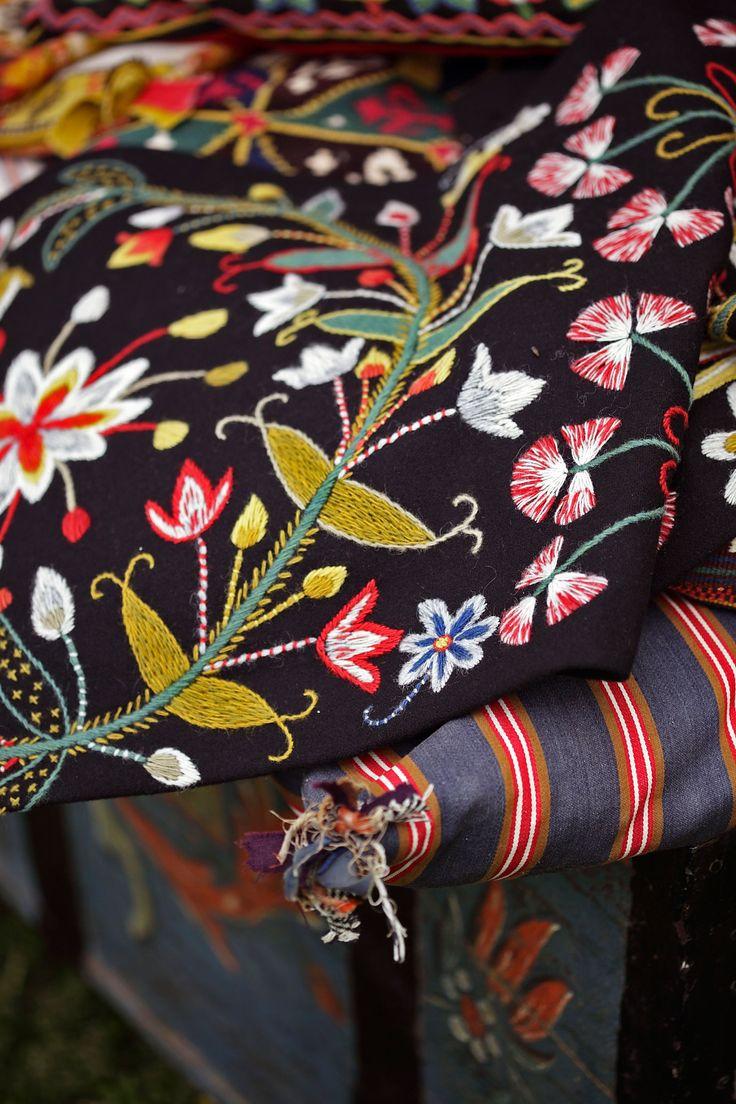 Textilierna förvarades i kistor till vardags och togs fram för att läggas på stolar och bänkar då det skulle vara fest. Ur boken Yllebroderi...