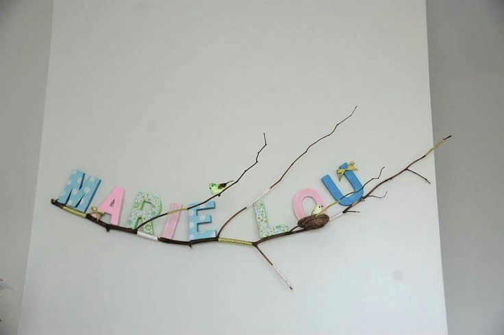prénom en lettres de carton recouvertes de tissu collées sur une branche d'arbre et nid d'oiseau
