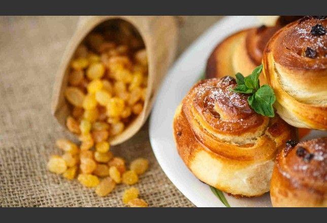 Merenda? Basteranno degli stampini monodose, della farina di castagne e dell'uva passa per preparare dei deliziosi panini all'uvetta.