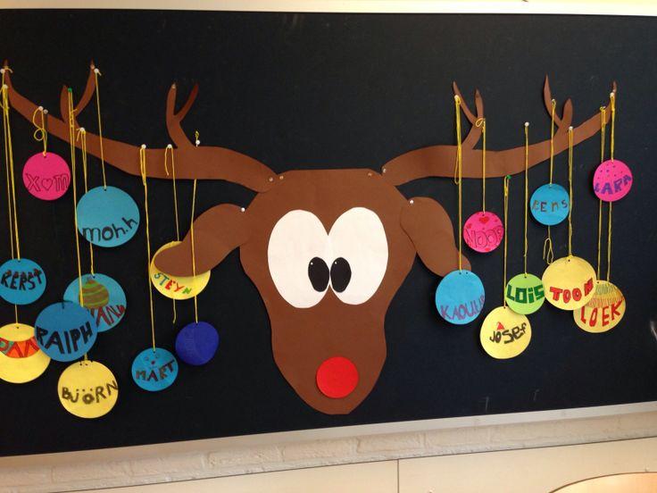 Prikbord achter in de klas in kerstthema.
